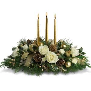 centrotavola natalizio con rose bianche e tre candele dorate al centro