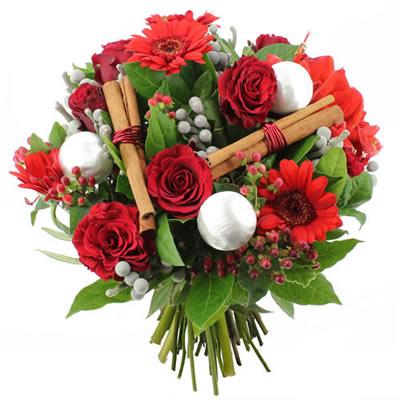 Bouquet Natalizio con rose rosse gerbere rosse cannella e decori Natalizi