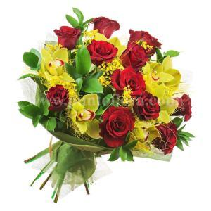 bouquet con rose rosse e orchidee gialle con un poco di mimosa