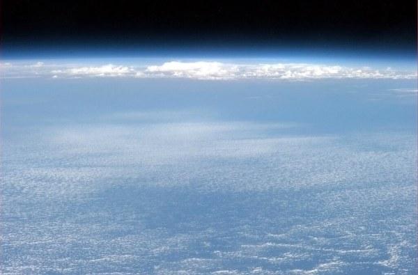 El cielo y el cosmos sobre el oceano