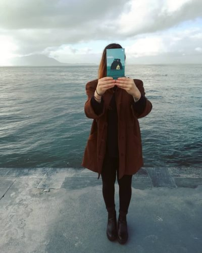 Ragazza con libro, sfondo mare. Isola di Iperborea.