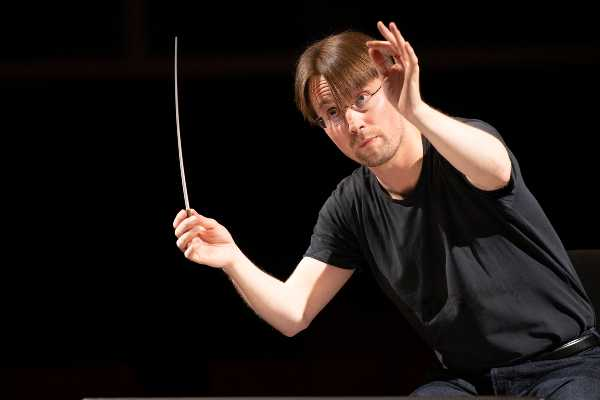 Pietari Inkinen dirige i complessi stabili in diretta dal Teatro Lirico di Cagliari