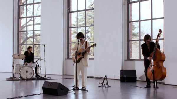 """ANDREA LASZLO DE SIMONE: sul canale YouTube di MI AMI """"Vivo"""", la clip da """"Il Film Del Concerto"""" dalla Triennale Milano"""