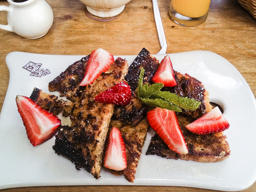 French toast and strawberries at Le Pain Quotidien at Westwood, Los Angeles.
