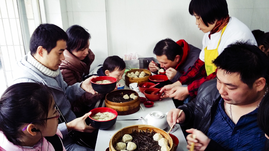 Families dining at Wan Shou Zhai (万寿斋) in Shanghai.