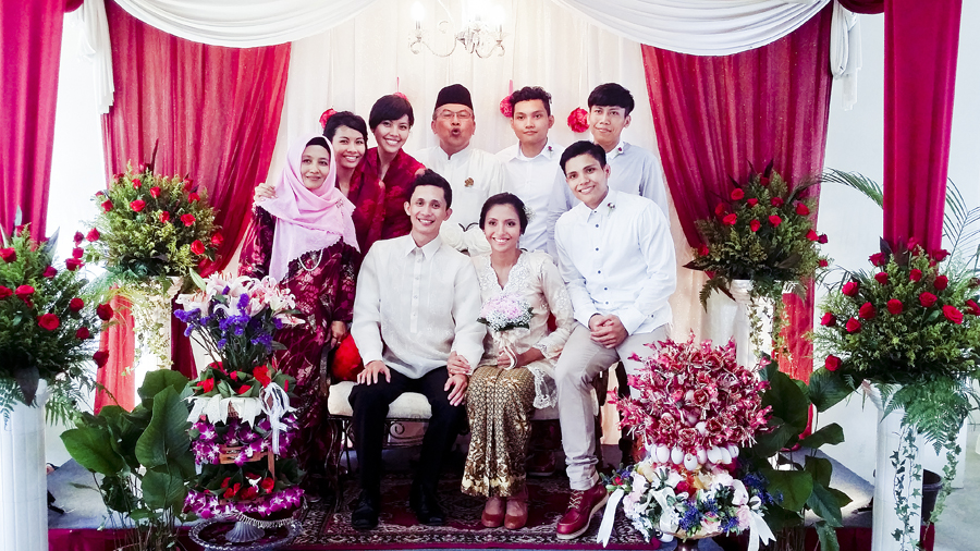 Family photo with the wedded couple at Azi & Darwis' wedding.