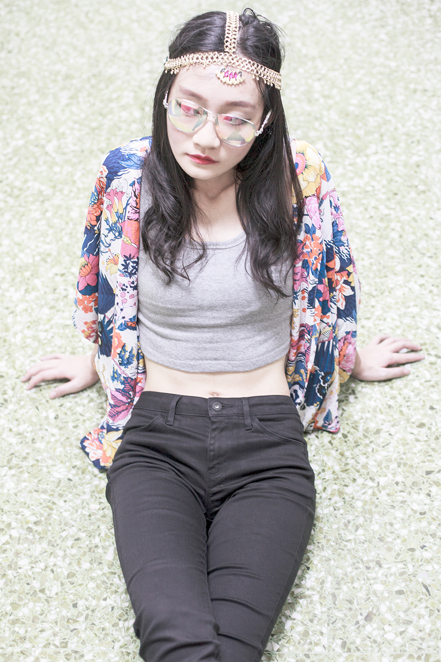 Bohemian Luxe Outfit: DressLink grey tank crop top, DressLink floral batwing cardigan kimono, Uniqlo Ultra Stretch black denim skinny jeans, Irresistible Me gold Jade Hair Chain, Guess iridescent sunglasses.