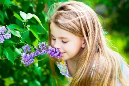 meisje ruikt bloem