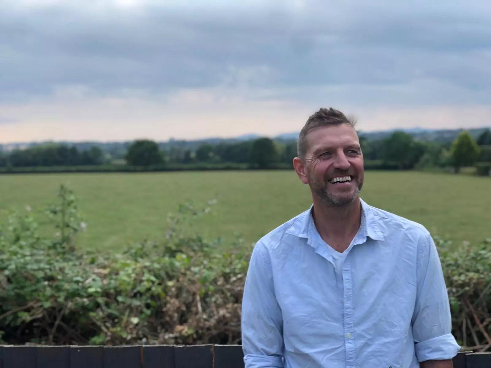 Lee Sharpe en un campo en el España como director de Pure Organic CBD