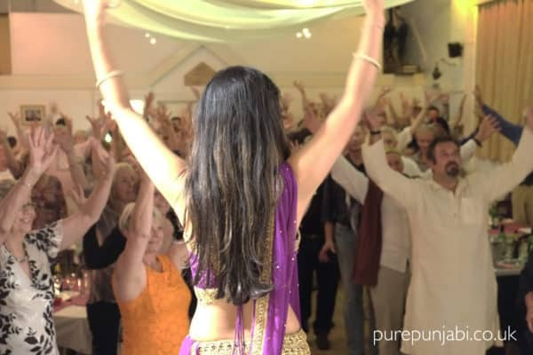 audience-dancing-lover-pop-up-restaurant-purepunjabi-co-uk