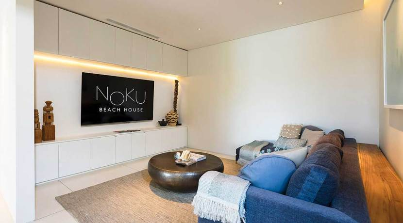 Noku Beach House - Wide TV screen and comfortable couch
