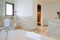 17.-Pandawa-Cliff-Estate---Villa-Markisa---Guest-bedroom-bathroom-opulence