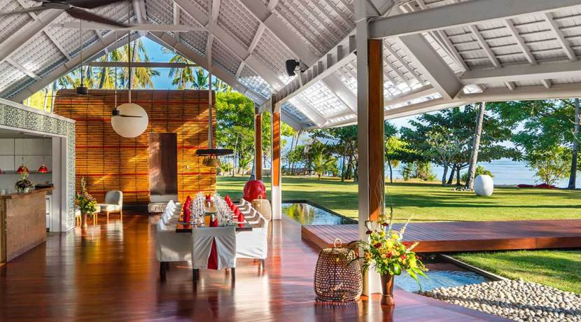 29.-Villa-Sapi---Dining-area-with-view-to-Sira-Beach