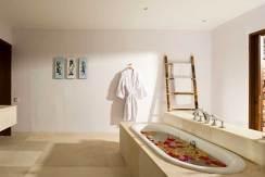 Villa-Sepoi-Sepoi---Oyster-room-bathroom-&-outside-shower
