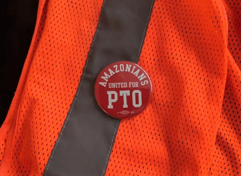 Distintivo de los trabajadores de Amazon que luchan por el pago de tiempo de descanso