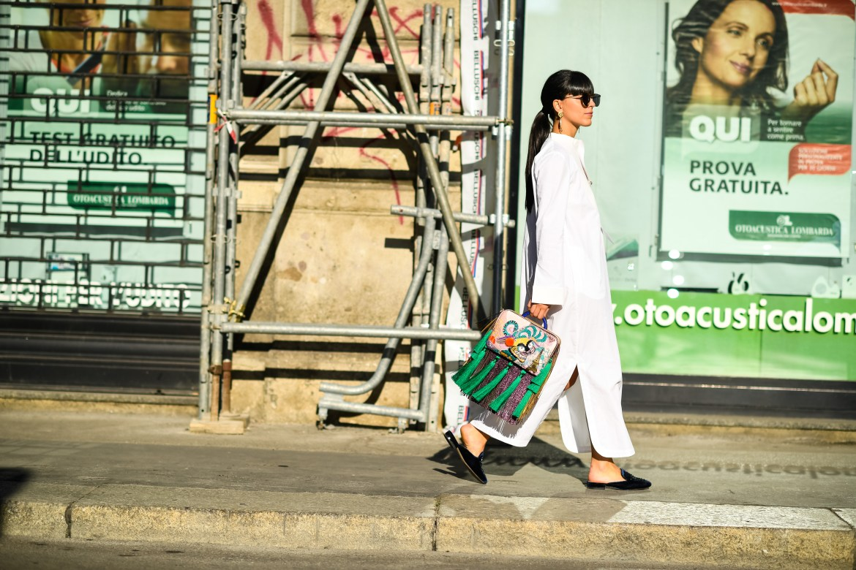 Laura Comolli streetstyle MFW indossa kaftano Erika Cavallini, borsa The Volon e slippers prese su Zalando - Slippers di velluto & Un look bohémienne