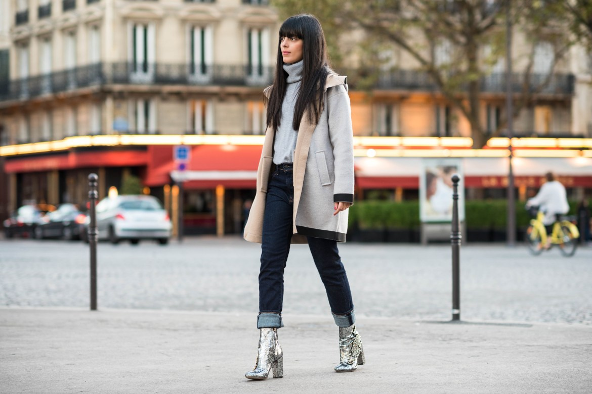 Laura Comolli indossa cappotto e maglione a collo alto di Alpha Studio - Look casual autunnale in giro per Parigi
