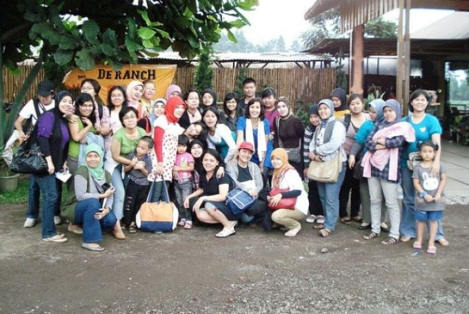 Farewell sampai kita bertemu lagi. Bersama teman-teman kantor Jalan-jalan ke Bandung 2010