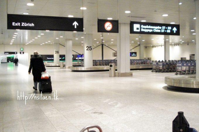 Area Pengambilan Bagasi di bandara swiss