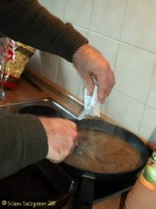 Siapkan kuah semur daging