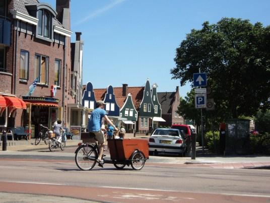Unik ya sepeda dorong sekaligus buat angkut anak. Kota Volendam Belanda