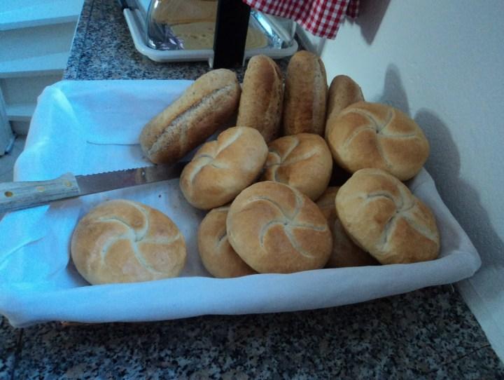 Aneka roti untuk sarapan. Bed and breakfast Belanda