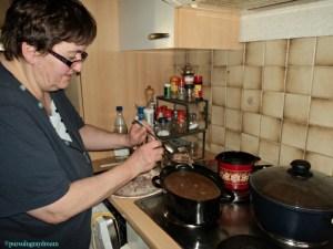 Mama Mertua Sedang Masak Spesial  Menu Natal