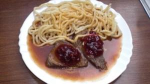 Masakan Jerman, Daging dan Mie nama menunya Sauerbraten mit Spätzle . Foto kochbar.de