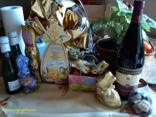 Hadiah-hadiah Paskah yang diterima Suami dan saya. Bentuk-bentuk Coklatnya bagus-bagus