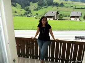 Hihihi saya masih Langsing bangett. Mejeng di Balkon Rumah di Swiss 14072011