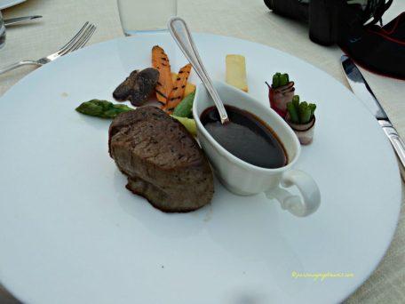 Makanan Utama Pilihan kami adalah daging dengan kuah anggur merah, masih ada kentang goreng