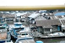 Perumahan diatas air dipotret dari atas Jembatan Barito