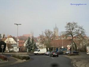 Mau Nyebrang jalan ga perlu kuatir deh bagi pejalan kaki, asal nyebrang ditempatnya. Wihhh Kabutnya Tebal di Bad Wimpfen