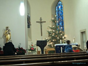 Gereja Katolik St. Johannes der Baptist di Heinsheim Jerman. Ini pas bubaran ibadah. 25 Desember 2013