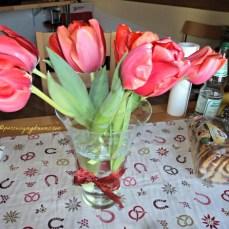 Abaikan Meja Makanku yang berantakan, perhatikan yang cantik saja si Tulip ya hehe