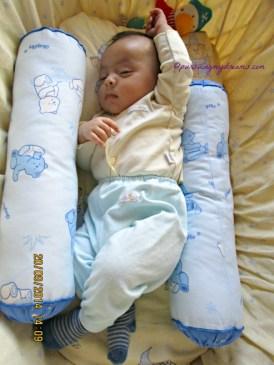 Gaya anak bayi tidur asyik dah