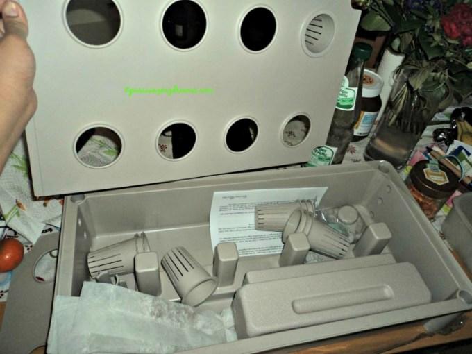 Di Jerman namanya salat-anzuchtbox. Alat hidroponik. Tinggal dirakit. Dapat satu set ada metan dan nutrisinya