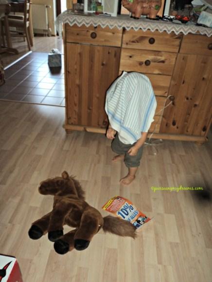 Benjamin lagi suka main Ciluk ba