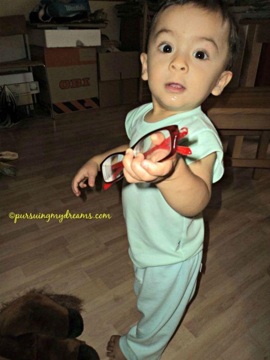 Benjamin suka sekali merebut kacamata, untung kacamata plastik ya, murah pula ggggrrrrhhh