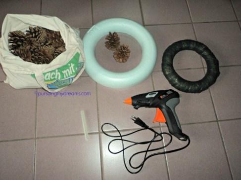 Bahan dan Peralatan untuk Membuat Pine Cone Wreath