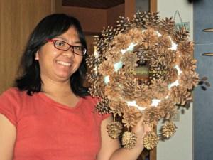 Pine Cone Wreath ukuran besar sudah jadi, tinggal dikasih pita untuk menggantung