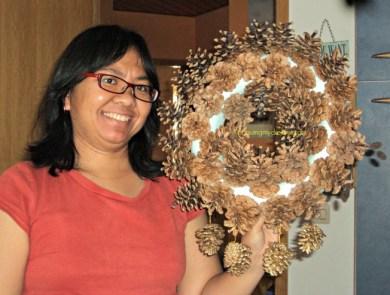 DIY Pine Cone Wreath. Pine Cone Wreath ukuran besar sudah jadi, tinggal dikasih pita untuk menggantung