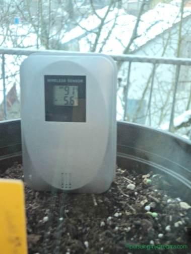 karena termoter luar ga nyampe sinyalnya kedalam rumah, jadi termometernya saya putar, saya bisa lihat dari balik jendela