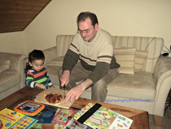 Benjamin suka sekali makan pizza, kalau emaknya sih kadang suka kadang diet haha