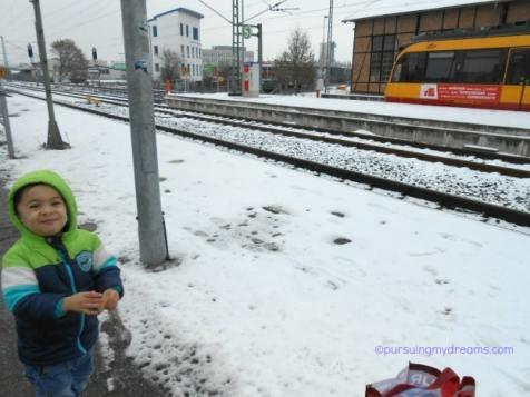 anak kecil dan salju