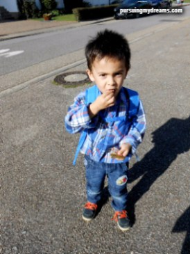 Anak 3 tahun pulang dari taman kanak-kanan
