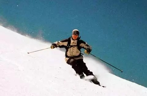 Skier-carving-a-turn-480