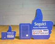 Pollice social come gadget in legno per le aziende