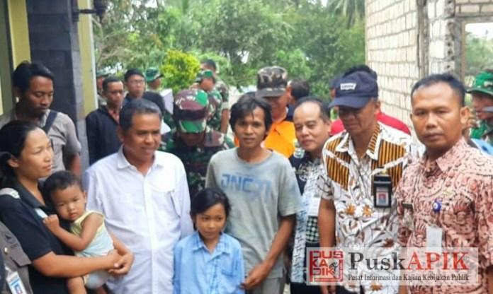 Agus Sukoco/ketua DPRD (baju putih) menyerahkan bantuan korban bencana puting beliung (fofo : red)