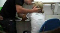 Secretária mamando a pica do chefe na recepção
